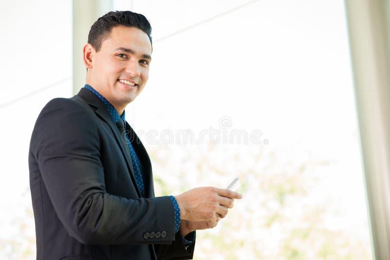 Homme d'affaires utilisant un téléphone portable image stock