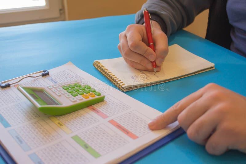Homme d'affaires utilisant une calculatrice pour calculer les nombres L'homme d'affaires calculent des finances et penser au prob photo libre de droits