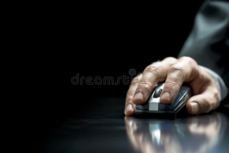 Homme d'affaires utilisant une souris de wirelss image stock
