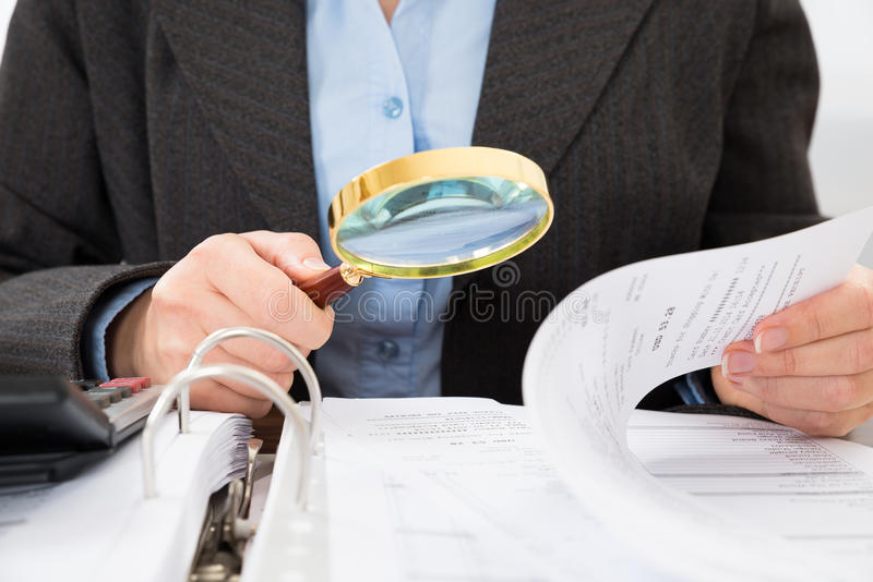 Homme d'affaires vérifiant des factures image stock