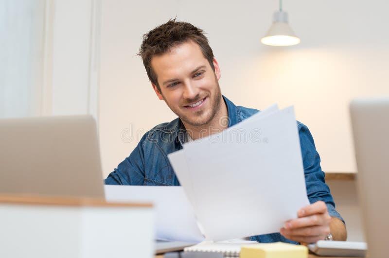 Homme d'affaires vérifiant le document image libre de droits