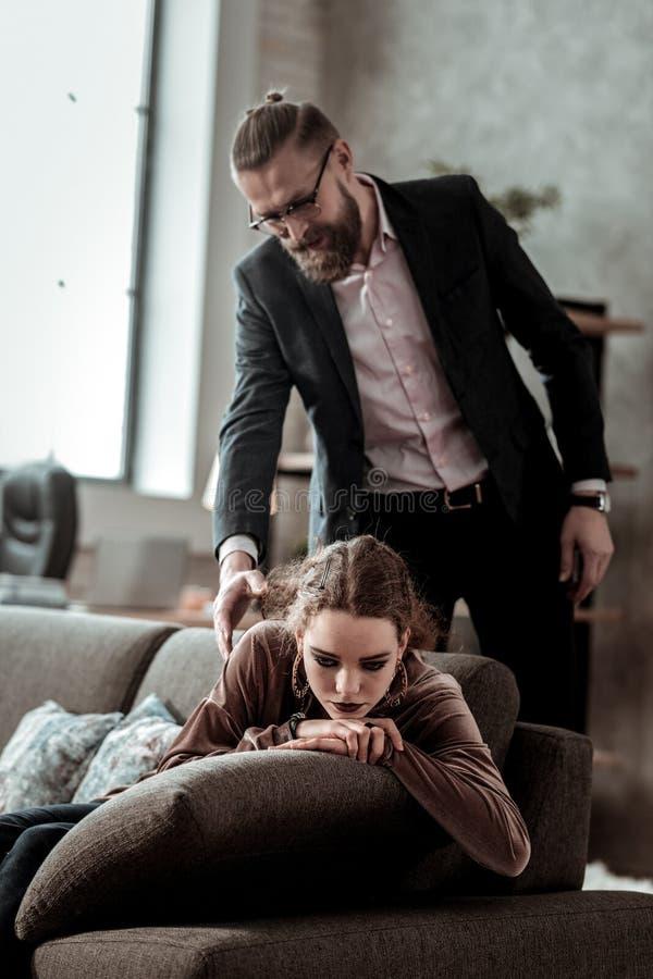 Homme d'affaires venant à la maison et voyant le sentiment de fille déprimé photographie stock libre de droits