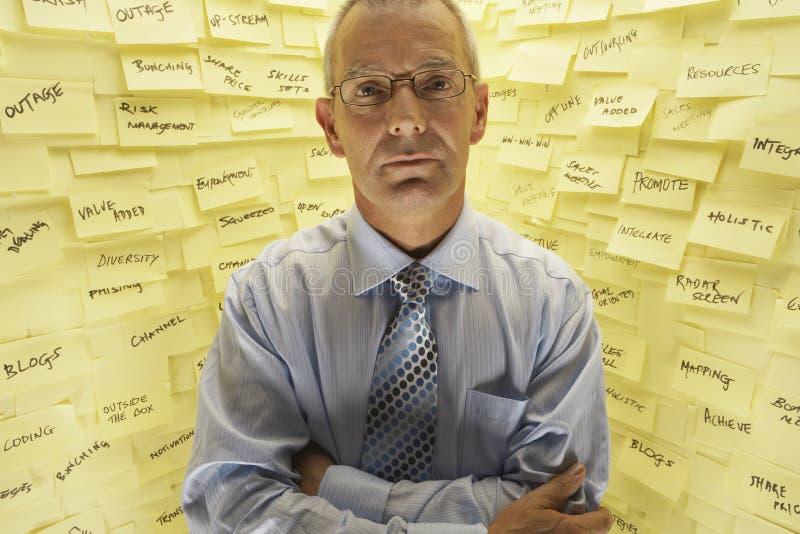 Homme d'affaires By Wall Covered dans les notes collantes photo libre de droits