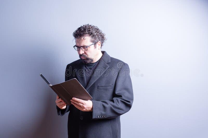 Homme d'affaires Wearing Glasses Reading de Tablette images libres de droits
