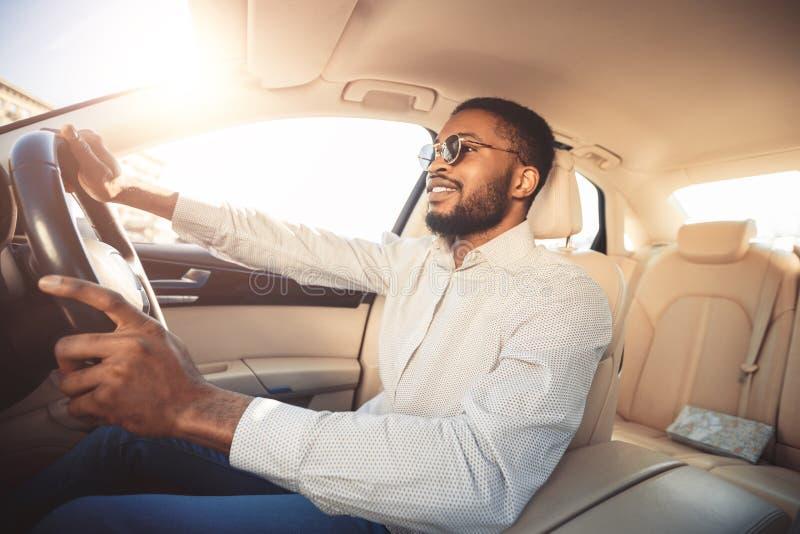 Homme d'afro-américain conduisant la voiture, allant travailler image libre de droits