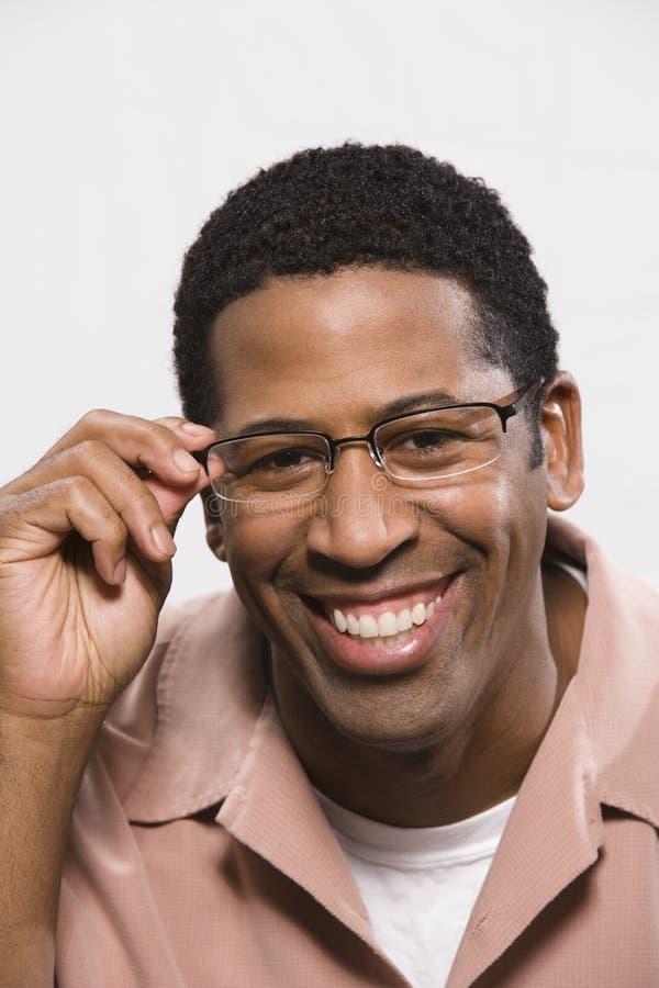 Homme d'Afro-américain essayant sur des verres d'isolement au-dessus du blanc images libres de droits