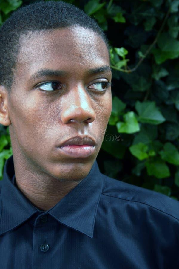 Homme d'Afro-américain regardant au côté photographie stock