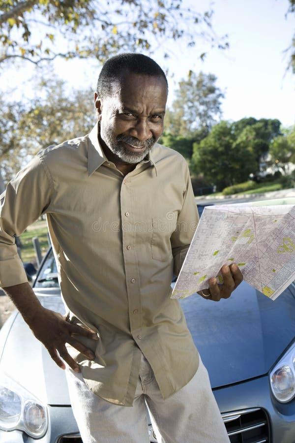 Homme d'Afro-américain tenant la carte image libre de droits