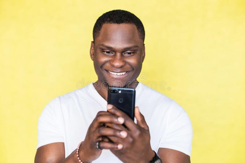 Homme d'afro-am?ricain prenant des photos sur un smartphone photographie stock
