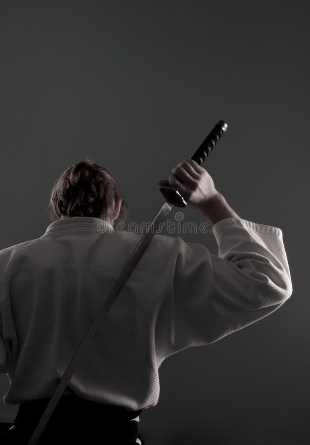Homme d'Aikido avec le katana (épée) du dos photos libres de droits