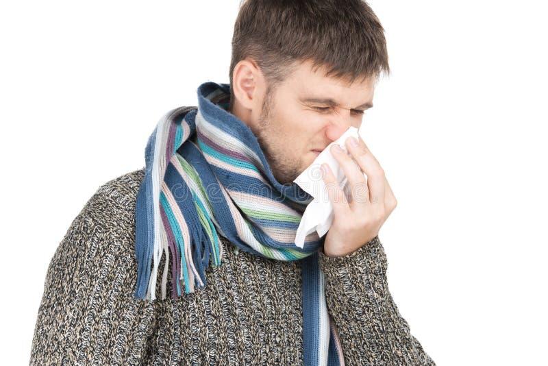 Homme d'allergie soufflant son nez en papier de soie de soie photos stock