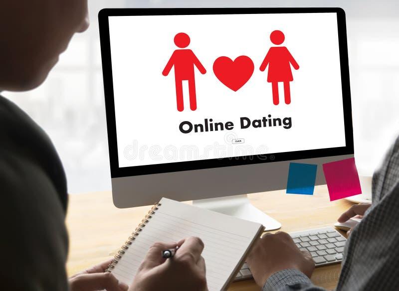 Homme d'amour de match de datation et femme en ligne et un coeur, Internet DA photographie stock libre de droits