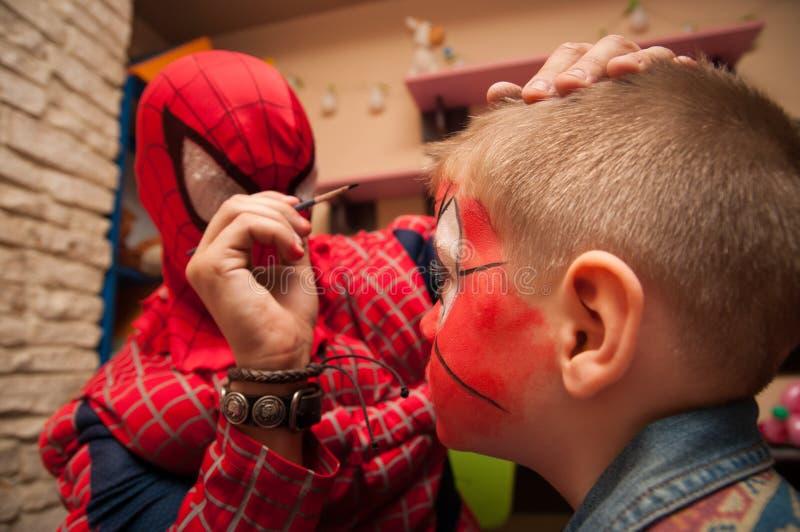 Homme d'araignée et peinture de visage photographie stock