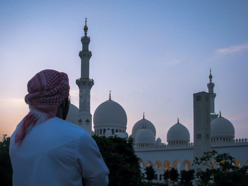Homme d'Emarati regardant la mosquée de Sheikh Zayed Grand photographie stock