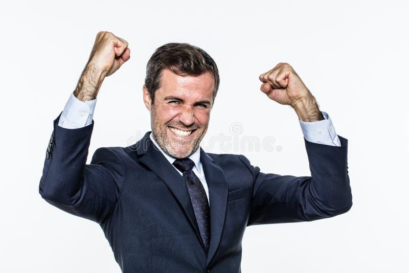 Homme d'entreprise enthousiasmé avec le costume élégant pour le succès et la joie photographie stock