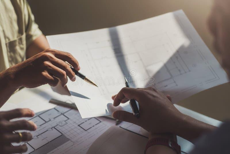 Homme d'ingénieur travaillant avec l'inspection de dessins dans le lieu de travail dans le bureau Concept d'outils et de construc image libre de droits