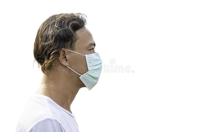 Homme d'isolement d'ASEAN porter un masque pour empêcher la poussière sur un fond blanc avec le chemin de coupure images libres de droits