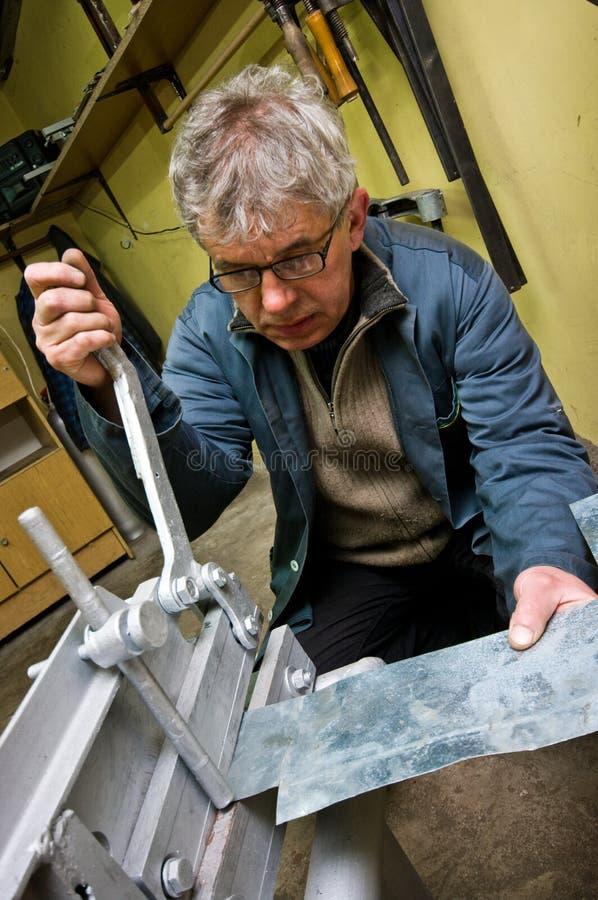 Homme d'ouvrier métallurgiste et de travailleur de guillotine images stock