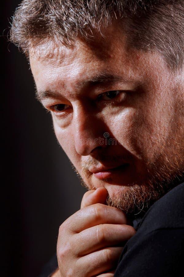 Homme d'une chevelure de portrait artistique sur le fond noir image libre de droits