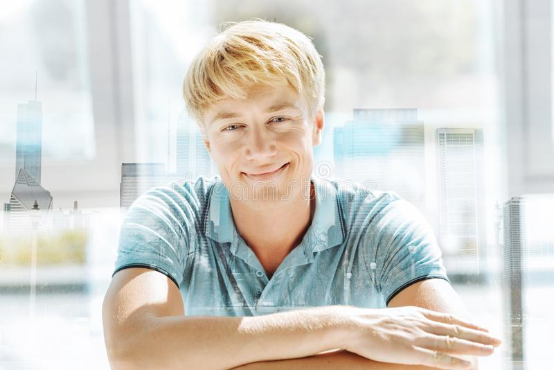 Homme d'une chevelure léger bel souriant à vous photo libre de droits
