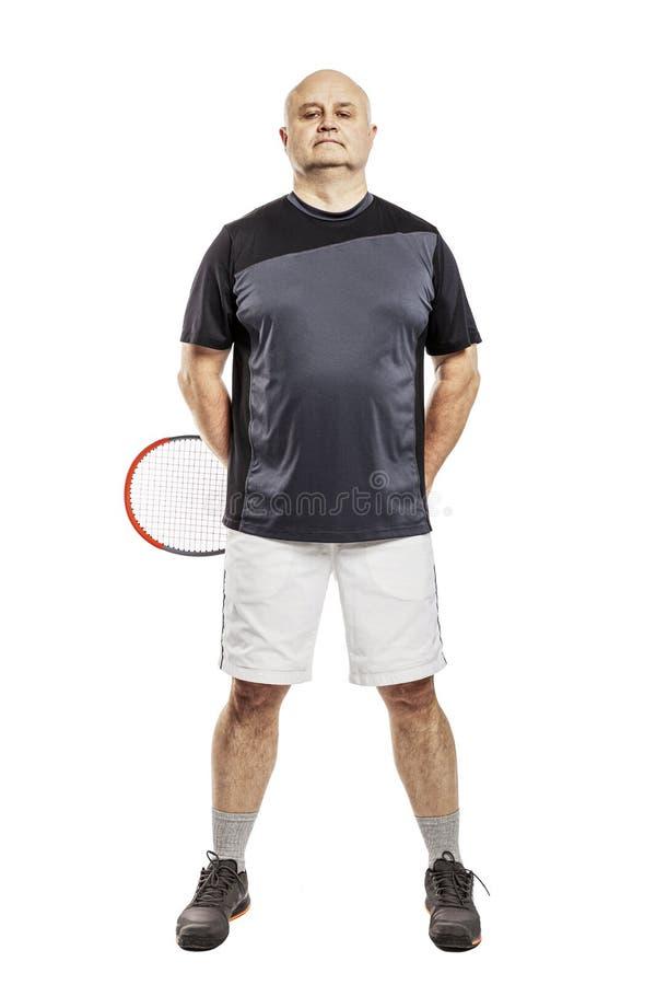 Homme d'une cinquantaine d'années chauve avec une raquette de tennis D'isolement sur un fond blanc image stock