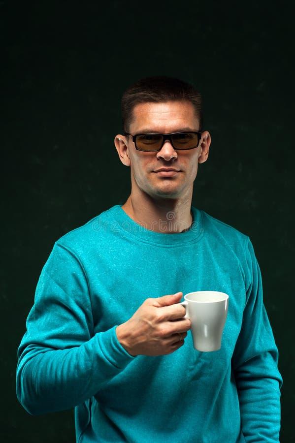 Homme d'une cinquantaine d'années souriant et tenant la tasse de café photos stock