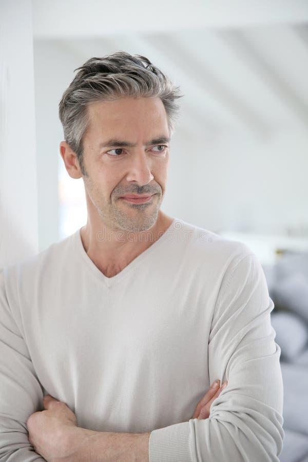 Homme d 39 une cinquantaine d 39 ann es bel se tenant la maison photo stock image du crois - Regarder 7 a la maison gratuitement ...