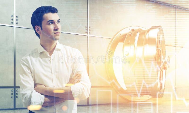 Homme dans de chemise la chambre forte ouverte blanche près avec des graphiques images stock