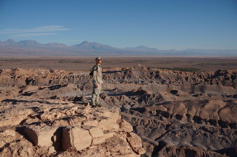 Homme dans Death Valley, désert d'Atacama, Chili photo stock