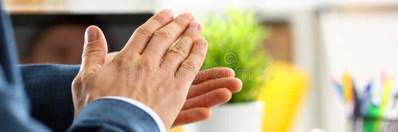 Homme dans des applaudissements de costume ses congrats de bras photos libres de droits