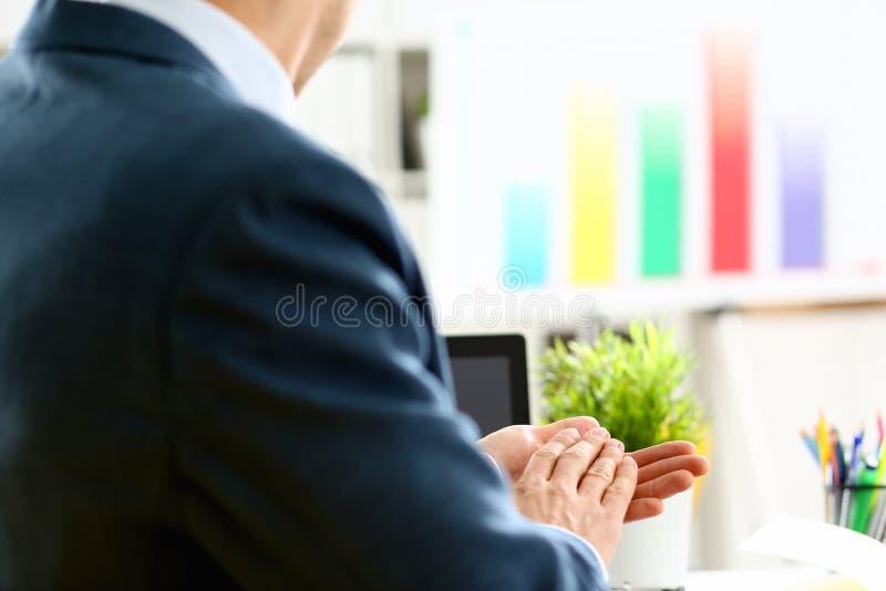 Homme dans des applaudissements de costume ses congrats de bras photo libre de droits