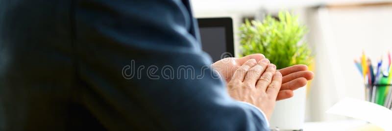 Homme dans des applaudissements de costume ses congrats de bras photographie stock libre de droits