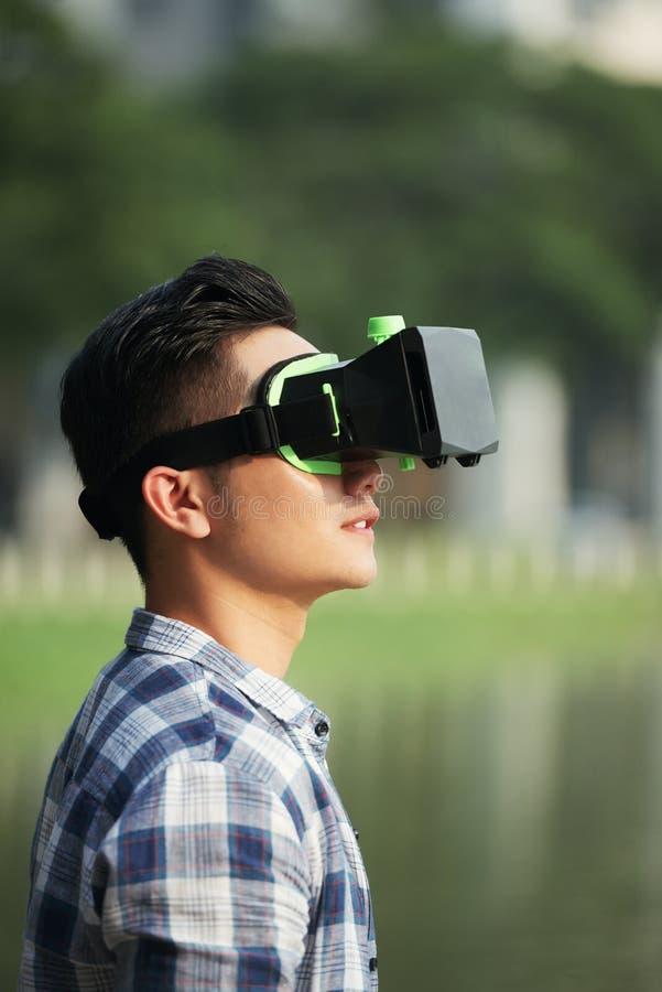 Homme dans des lunettes de VR photo libre de droits