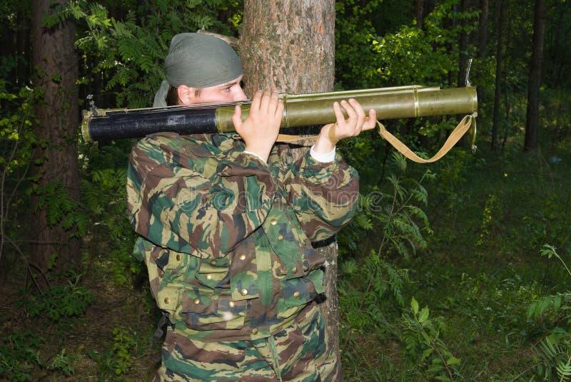 Homme dans des pousses d'un camouflage d'un lance-grenades photos stock