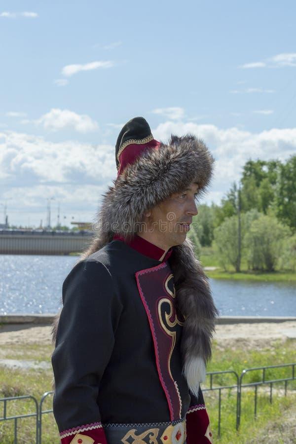 Homme dans des vêtements nationaux bachkirs photographie stock