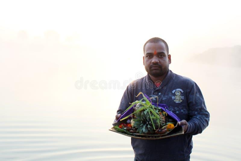 Homme dans l'eau d'étang dans le matin chez Chhath Puja photo libre de droits