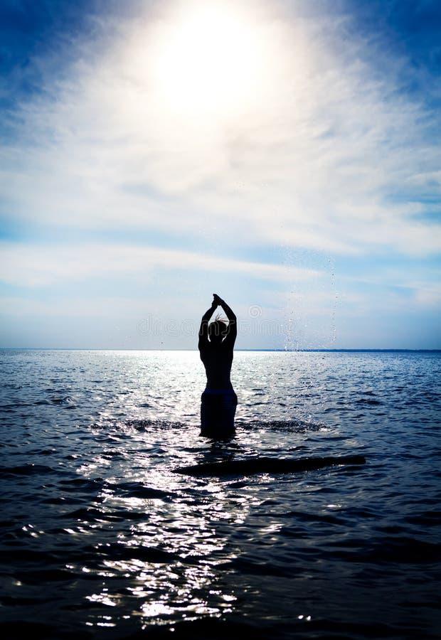 Homme dans l'eau photo libre de droits
