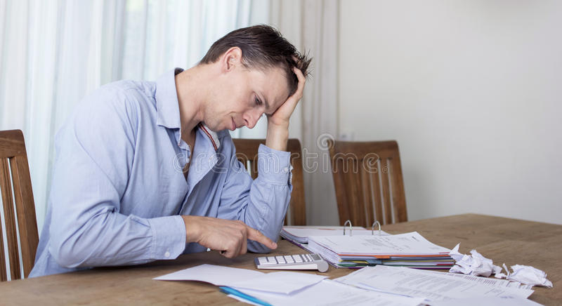 Homme dans l'effort financier photographie stock