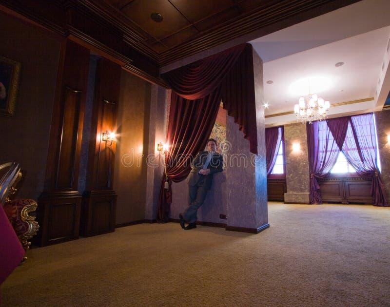 Homme dans l'intérieur luxueux photos libres de droits