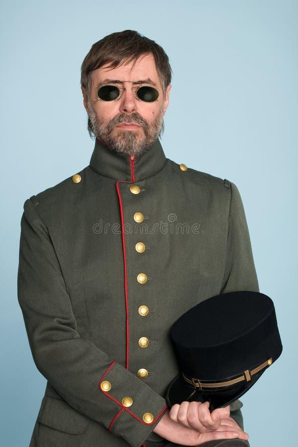 Homme dans l'uniforme de l'officier militaire image libre de droits