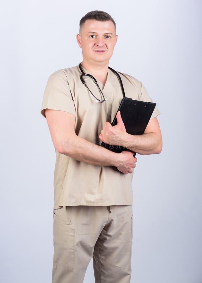 Homme dans l'uniforme m?dical Prescription de traitement assistant de laboratoire d'infirmi?re M?decin de famille M?decine et san photos stock