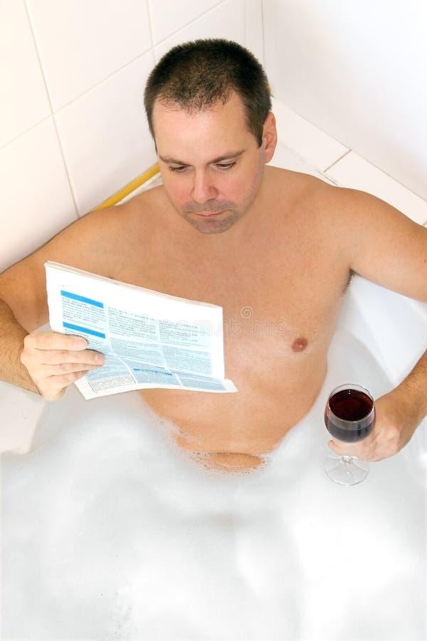 Homme dans la baignoire photo stock