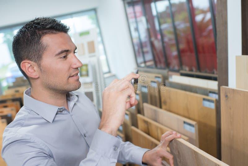 Homme dans la boutique photographie stock libre de droits