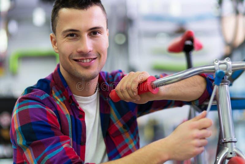 Homme dans la boutique de vélo photos libres de droits