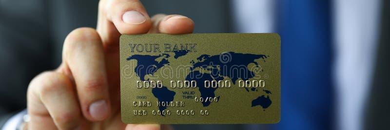 Homme dans la carte d'opérations bancaires d'apparence de costume et de lien prête à payer photographie stock