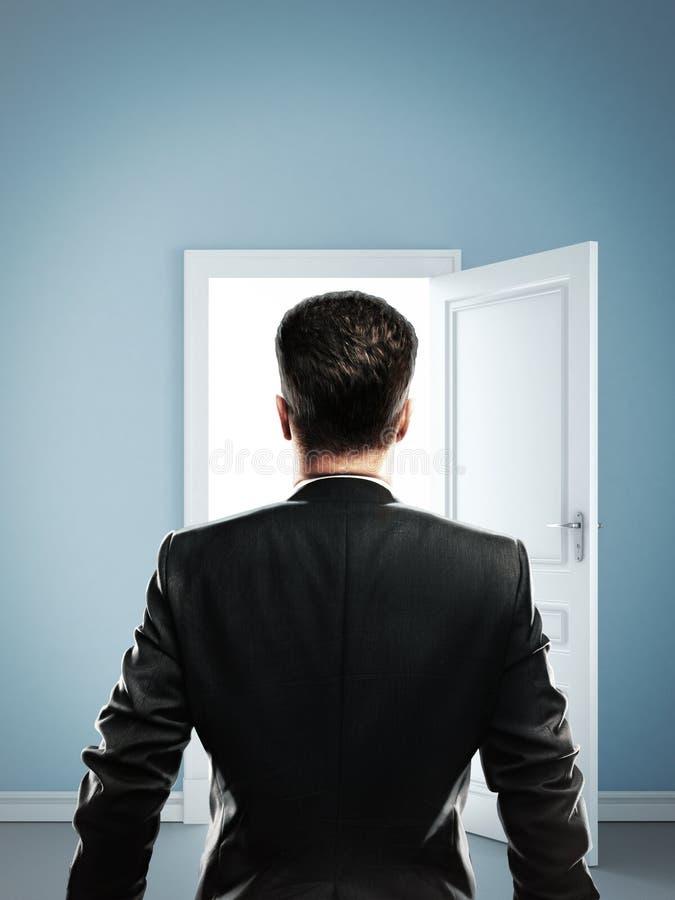Homme dans la chambre bleue photos stock