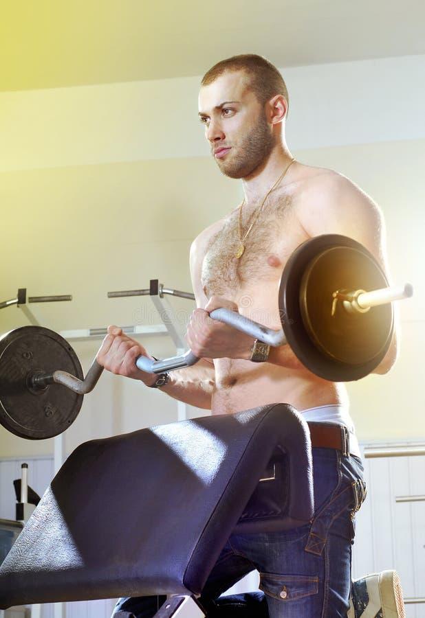 Homme dans la chambre d'exercice photographie stock