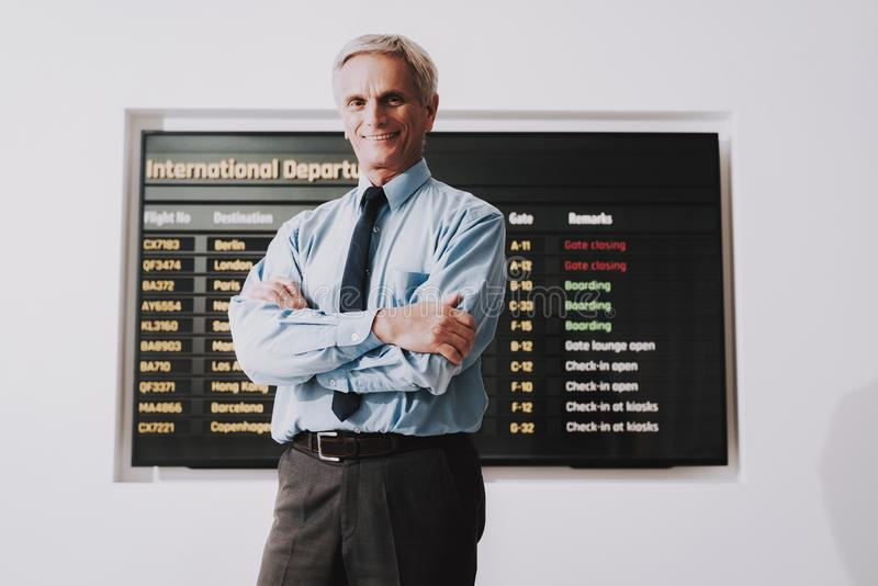 Homme dans la chemise avec le sac dans l'aéroport dans la salle d'attente photo stock