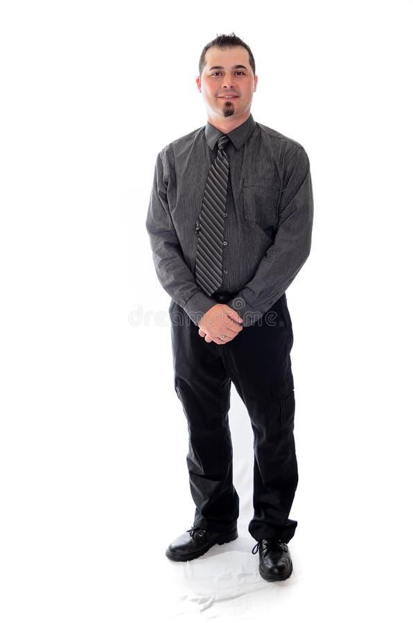 Homme dans la chemise et lien tenant son sourire de mains photographie stock libre de droits