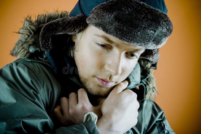 Homme dans la couche de l'hiver photos stock